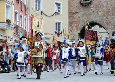 Einmarsch der Gruppen und Tänze: Ruethenfestherold (Sebastian Dau)