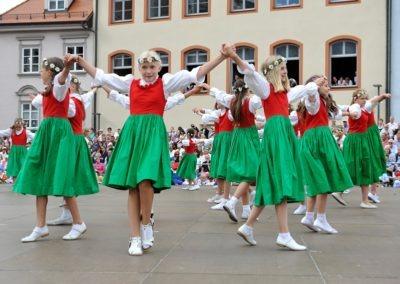 Einmarsch der Gruppen und Tänze: Tanz der Mädchen vom Stadtwagen