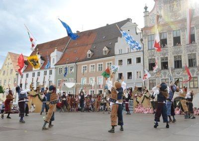 Einmarsch der Gruppen und Tänze: Fahnenschwinger der Landsknechte