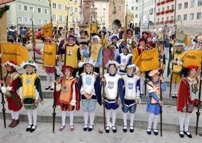 Einmarsch der Gruppen und Tänze: Herolde
