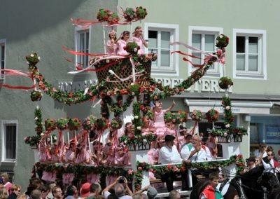 Großer historischer Festzug durch die Altstadt: Rosenwagen