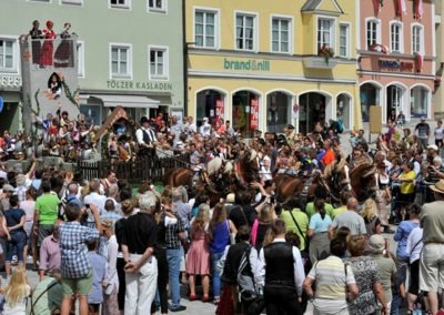 Großer historischer Festzug durch die Altstadt: Jungfernsprungwagen