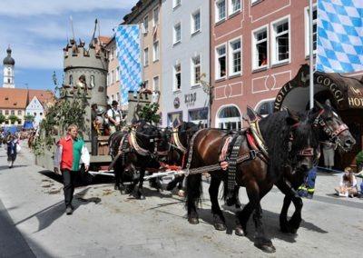 Historischer Festzug am Sonntag: Kampfwagen