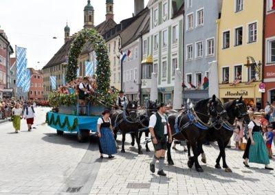 Festumzug am Hauptplatz: Blumenwagen