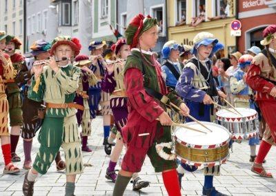 Festumzug am Hauptplatz: Landsknechte, Trommler und Pfeifer