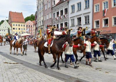 Festumzug am Hauptplatz: Fanfaren und der Ruethenfestherold